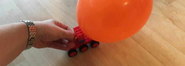 Racende auto's met ballonnen!